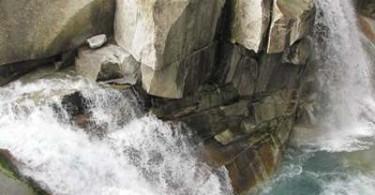 Steine und Wasserfall