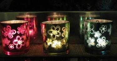 Teelichter in schimmernden Farben