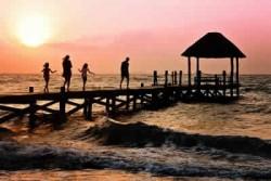 Familie am Meer im Sonnenuntergang