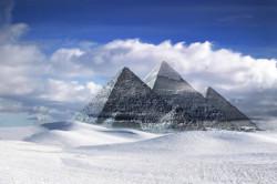 Pyramiden im Schnee