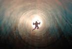 Mensch im Tunnel aus Licht wie verloren