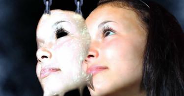 Frau Maske zweites Gesicht