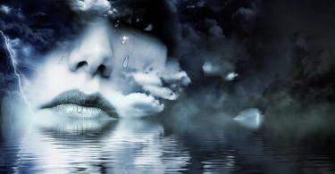 weinende Frau im Wasser