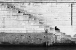 Frau allein auf einer Treppe