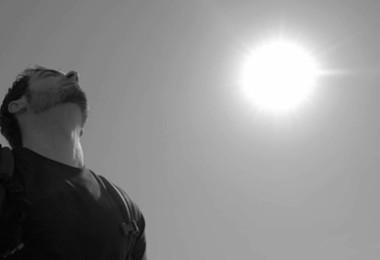 Mann schaut in den Himmel