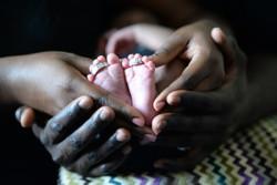 schwarz-weiss-Zuwendung-baby