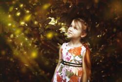 Mädchen-Wald-Sonnenstrahlen-girl