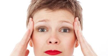 Frau-Stress-Gesicht-Kopfschmerz-ache