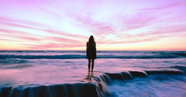 wasser-violett-frau-beach