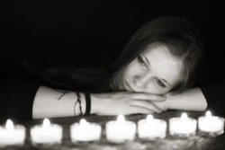 frau-kerzen-traurig-light