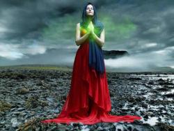 frau-beten-langes-kleid-woman