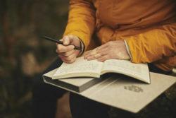 Mann-Buch-schreiben-adult