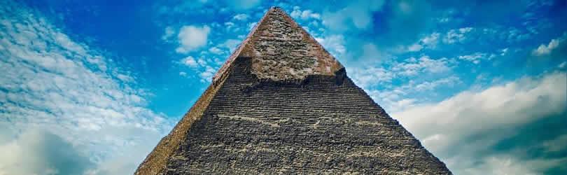 Cornerstone-Pyramide-himmel-wolken
