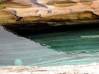 Kristallklares Wasser im Gebirgsbach