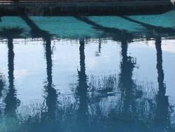 Spiegelgesetze und Muster Poolspiegelung