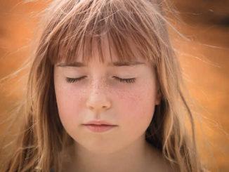 Meadchen-Haare-Wind-Augen-person