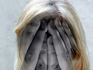 depression-frau-haende-gesicht-woman