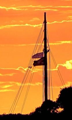 Fahne im Sonnenuntergang