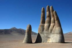 Hand ragt aus der Erde