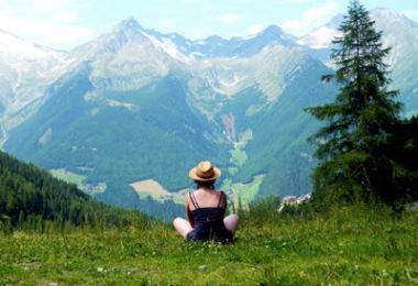 berge-frau-fernblick-tourism