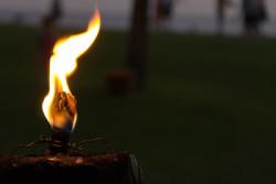 Kerze mit starker Flamme