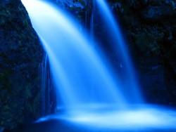blauer Wasserfall aus Licht