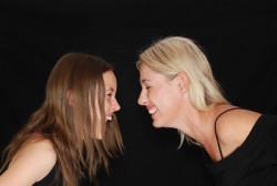Sinnanalytische-Aufstellungen-Stefanie-Menzel-Lachen Mutter und Tochter