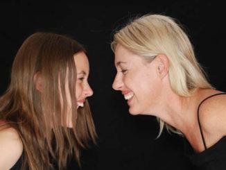 Lachen Mutter und Tochter