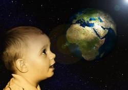Kunst des Segnens Kind das Mutter Erde anschaut