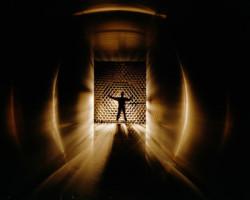 Mensch im Lichttunnel