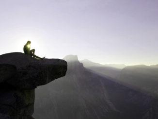 Mann auf Felsvorsprung