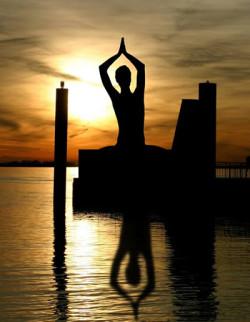 meditierende Frau am Wasser