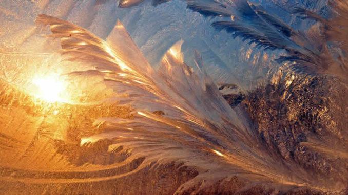 Eiskristalle im Licht am Fenster