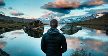 Mann vor traumhafter See Kulisse