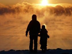 Vater und Sohn vor Sonnenuntergang
