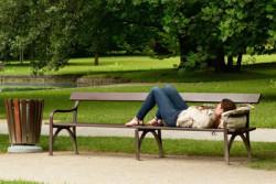 Frau-Bank-liegen-bench