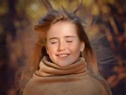 Meadchen-fliegende-Haare-Herbst-person
