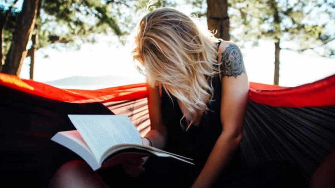 Spirituelle Bücher Tipps-Frau-lesen-haengematte-woman