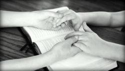 haende-kinder-halten-sw-holding-hands