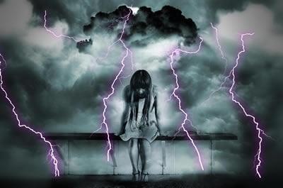 frau-bank-trauer-blitz-gloomy
