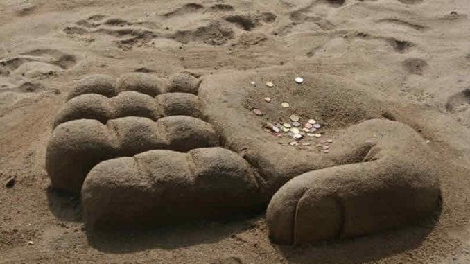 sand-hand-geld-beach