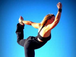 blauer-himmel-frau-yoga
