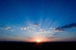 Lichtenergie bestimmt unser Leben sonnenaufgang blauer himmel