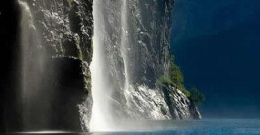 wasserfall-meer-felsen-geirangerfjord