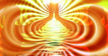 Frauen-Haende-Licht-buddha