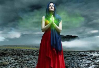Botschafterinnen der weiblichen Gottheit-Das Göttliche in sich selbst entdecken-frau-beten-langes-kleid-woman
