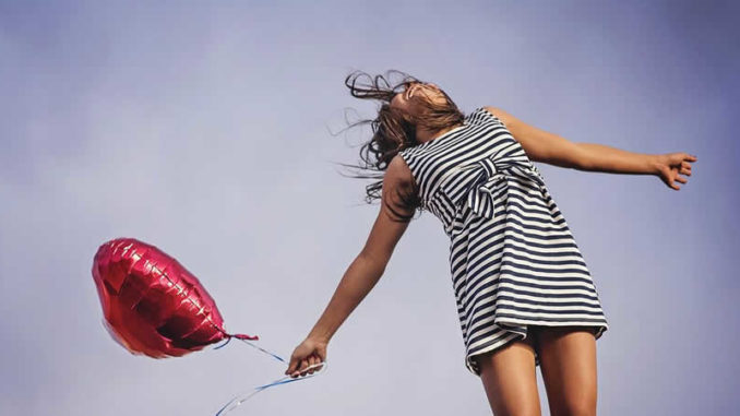 Freude-Freiheit-Frau-Luftballon-joy