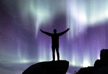 nordlichter-felsen-mann-northern-lights