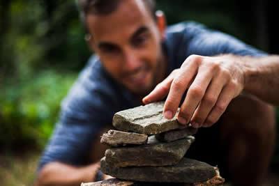 mann-steine-bauen-building