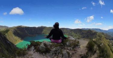 Frau-meditation-see-berge-ecuador